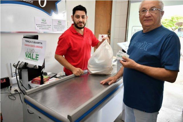 Compra de alimentos com moeda do Lixo que Vale pode ser feita diariamente em Umuarama