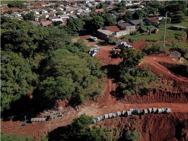 Iniciada recuperação de erosão no Parque Primeiro de Maio em Umuarama