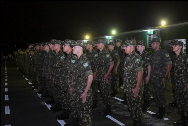 Atiradores do TG 05.012 recebem boina verde-oliva e braçal de monitor em Umuarama
