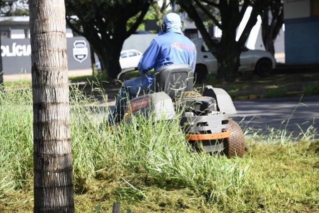 Prefeitura reforça equipes para limpeza de canteiros em Umuarama