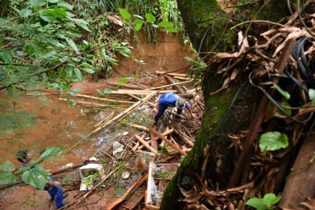 Lixo bloqueia passagem de água sob ponte no Parque das Laranjeiras em Umuarama