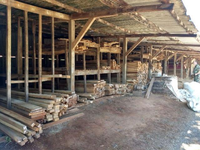 Polícia Ambiental apreende madeira nativa armazenada irregularmente em depósito de madeira