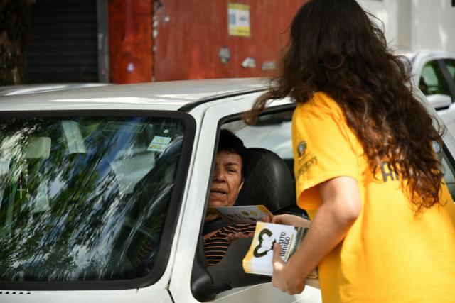 Campanha Trânsito Amigo orienta motoristas na Avenida Paraná em Umuarama