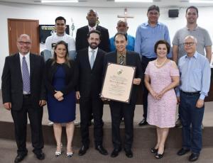 Em ato singelo, Edson de Assis Ribeiro é titulado Cidadão Honorário de Umuarama