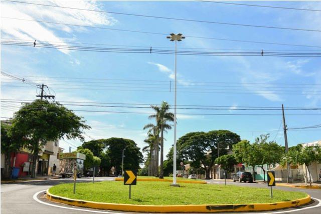 Superpostes de LED de alta potência iluminam novas rotatórias de Umuarama