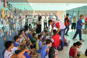 Adolescentes do Ceju de Umuarama recebem bombons e ovos de páscoa