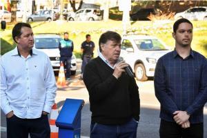 Prefeito Celso Pozzobom entrega mais cinco veículos para secretarias de Umuarama