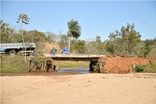 Prefeitura de Umuarama reforma ponte sobre Ribeirão do Veado na Estrada Moema
