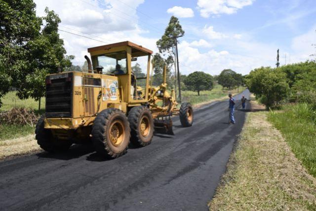Obras de recape e reperfilamento asfáltico também atendem zona rural
