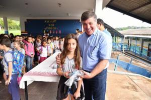 Alunos da rede municipal de ensino recebem novos uniformes em Umuarama