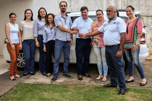 Prefeito de Umuarama entrega veículo 0 Km para equipe do CRAS I