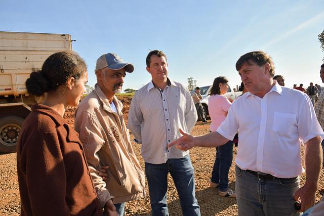 Prefeitura distribui insumos para  agricultores da Estrada Cedro e Lovat