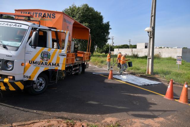 Umutrans sinaliza vias que receberam micro pavimentação em Umuarama