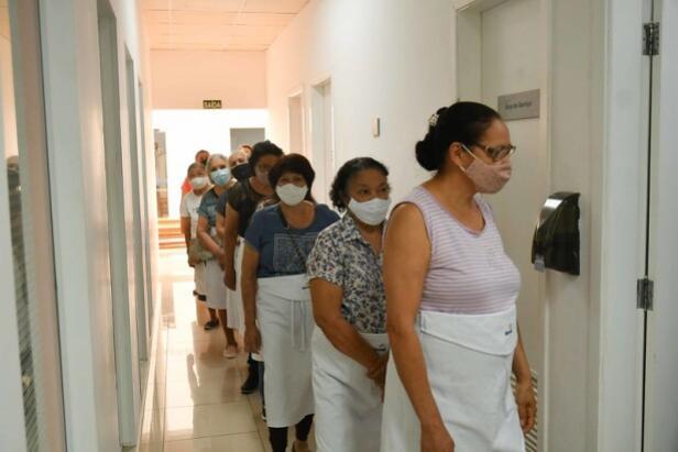Idosos iniciam curso de doces natalinos oferecido pela Prefeitura de Umuarama em parceria com o Sesc