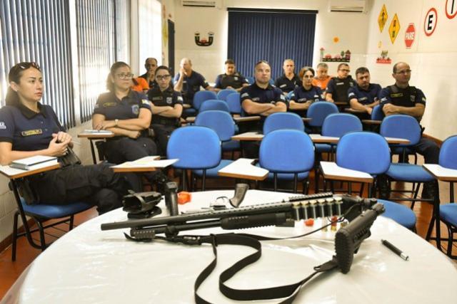 Guardas municipais de Umuarama atualizam conhecimentos sobre armamentos