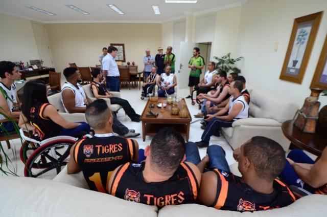 Prefeito de Umuarama recebe os Tigres, campeões de basquete nos Jogos Paradesportivos