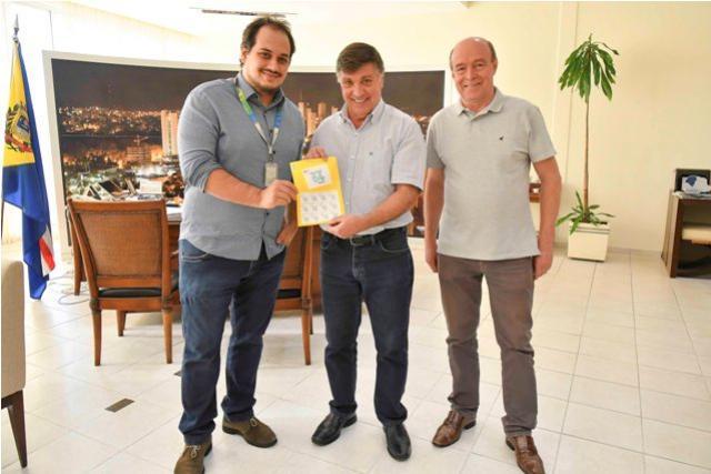 Correios entrega selo comemorativo ao 64º aniversário de Umuarama