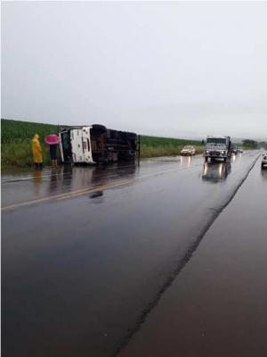Caminhão carregado com frangos tomba na PR-486 trecho que liga Assis Chateaubriand a Brasilândia do Sul