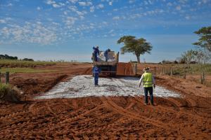 Município testa estabilizante para readequação de estradas rurais