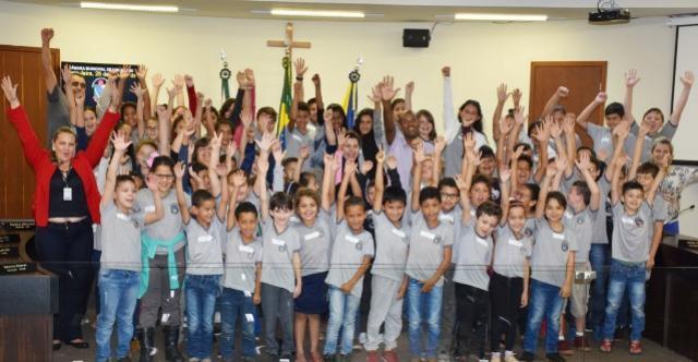 Alunos da Escola Municipal Padre Anchieta visitam à Câmara por conta do Concurso  Cultural