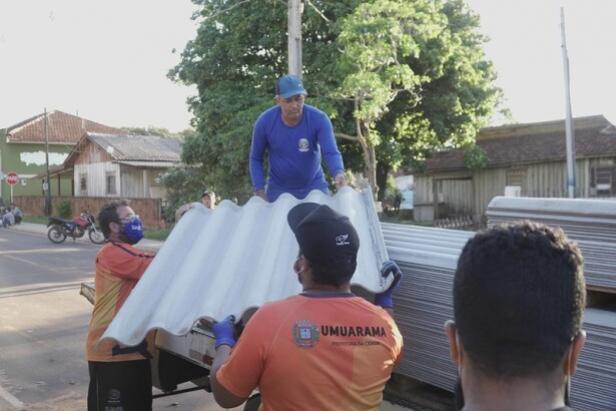 Telhas, colchões e cestas básicas são repassadas aos moradores de Roberto Silveira após vendaval