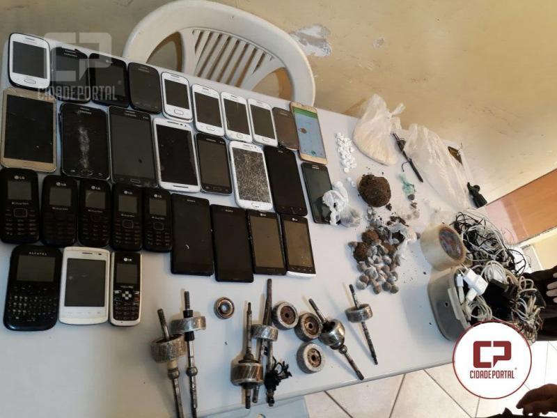 Polícia Militar realiza uma revista na cadeia de Umuarama, foram encontradas serras, drogas, celulares e carregadores