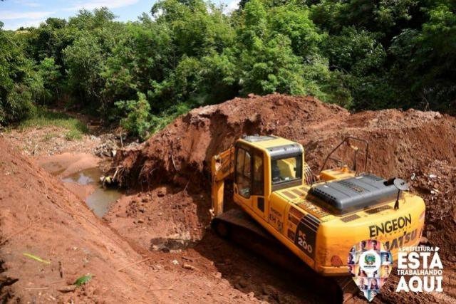 Obra do canal aberto para eliminar erosão no bosque já foi iniciada em Umuarama