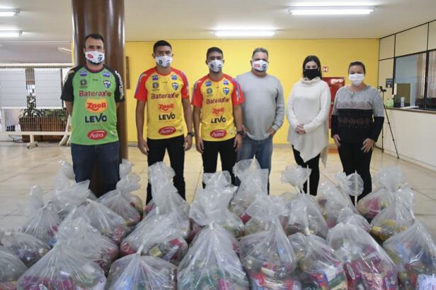 Atletas da Afsu arrecadam alimentos e doam 30 cestas para famílias em situação de vulnerabilidade