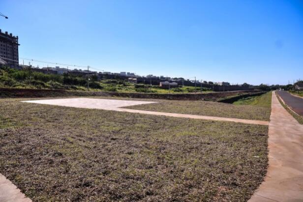 Pista de caminhada está praticamente concluída na Av. Cezare Pozzobom, em Umuarama