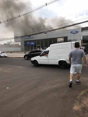 Incêndio em concessionária é controlado e bombeiros extinguem últimos focos de fogo