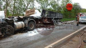 Colisão frontal entre duas carretas e um ônibus deixa dois mortos na PR-082