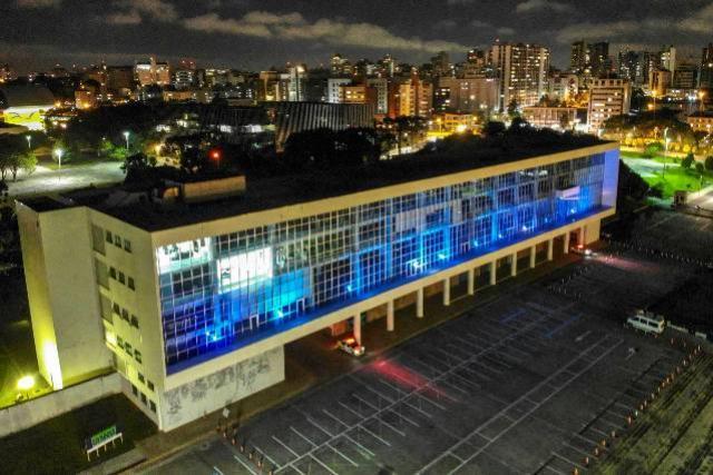 Prédios públicos ganham iluminação azul para conscientizar sobre autismo