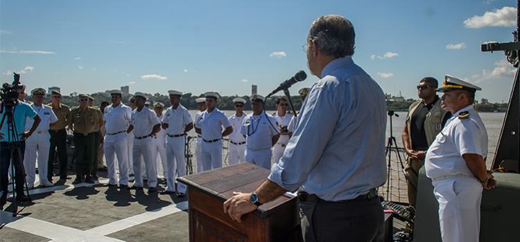 Ministro visita navio de Assistência Hospitalar da Marinha