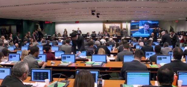 Partidos aliados intensificam trocas de deputados em busca de apoio a Temer em comissão