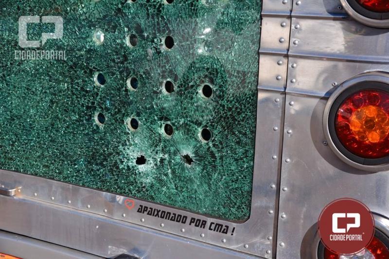 Dois bandidos presos e dois baleados após assalto a ônibus na BR 369 próximo ao trevo de Mamborê