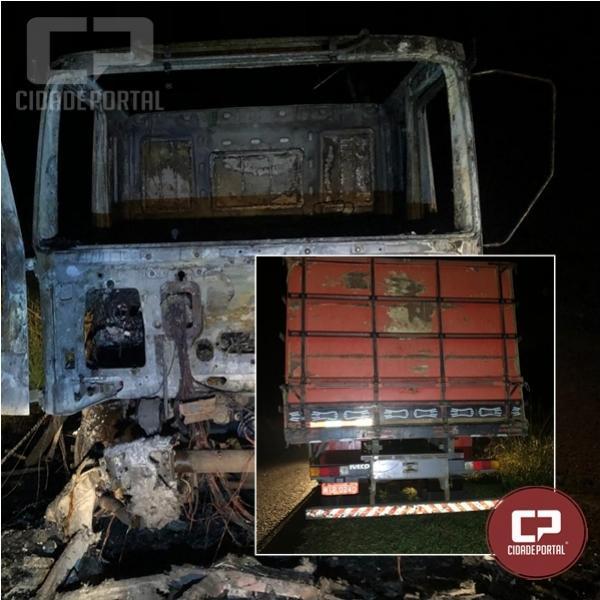 Veículo é destruído por fogo entre Cruzeiro do Oeste e Nova Olímpia
