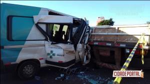 Pacientes ficam presos às ferragens após van bater em caminhão estacionado