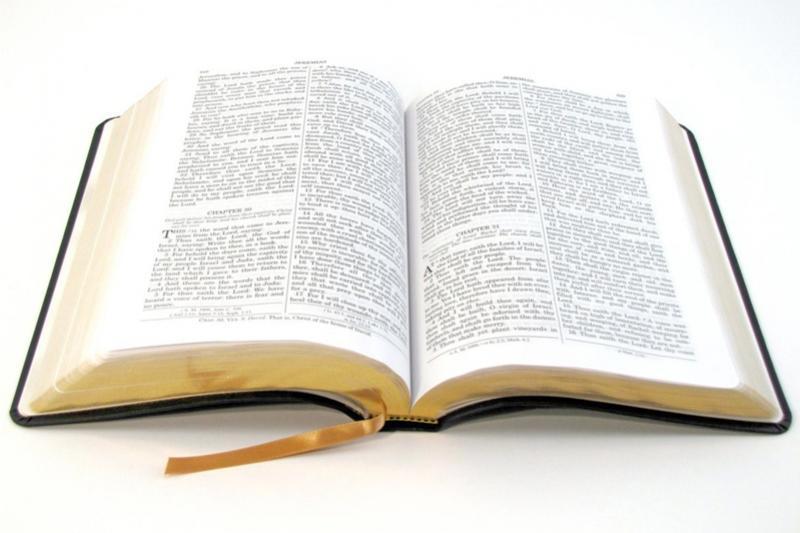Bíblias superfaturadas estão sendo vendidas de porta em porta na Cidade de Campo Mourão