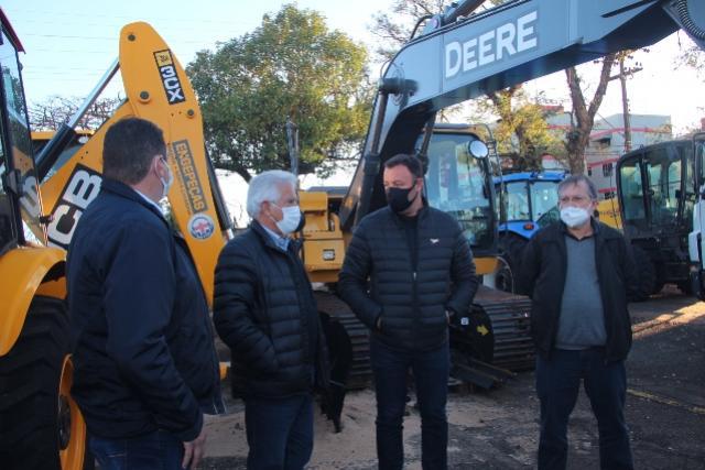 Rubens Bueno vistoria máquinas de patrulha mecanizada com presidente da Comcam