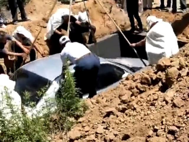 Fã de carro é enterrado dentro do próprio automóvel na China