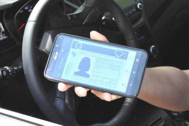 Motoristas podem gerar a CNH Digital pelo celular ou tablet