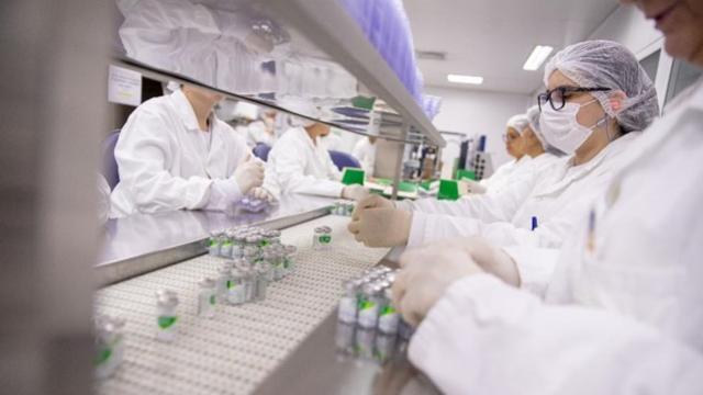 Enquanto Brasil bate cabeça, mundo se prepara para maior vacinação já vista