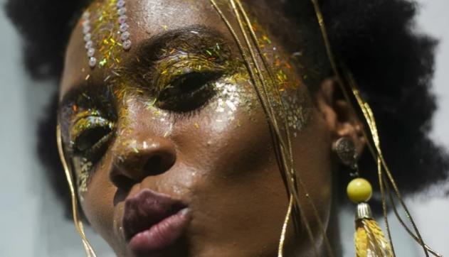 Glitter do Carnaval não precisa ficar no corpo até a Páscoa: 4 truques fazem sair mais fácil