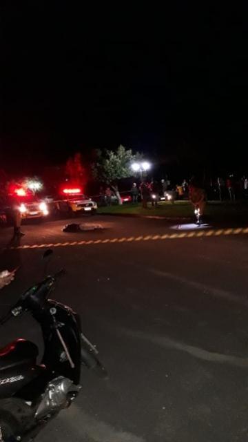 Dupla de moto atira em casal na cidade de Iporã, homem morreu no local e a mulher foi socorrida