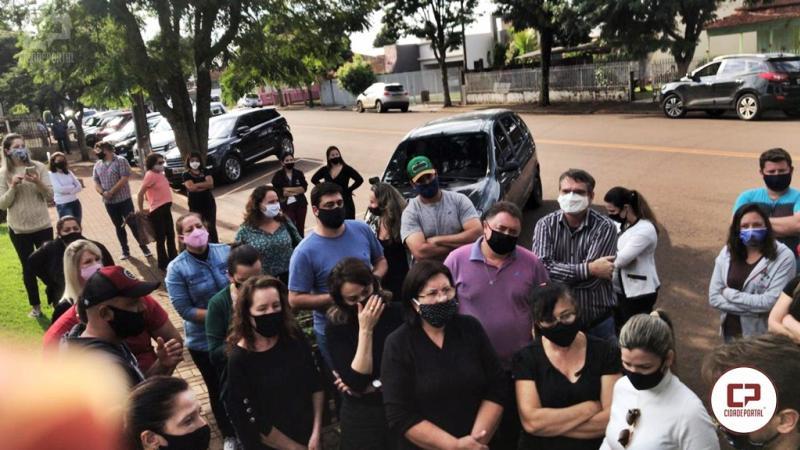 Descontentes com o fechamento comerciantes de Corbélia realizam protesto em frente a prefeitura