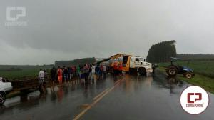 Caminhão de suíno tomba e mata vários animais na PR-486