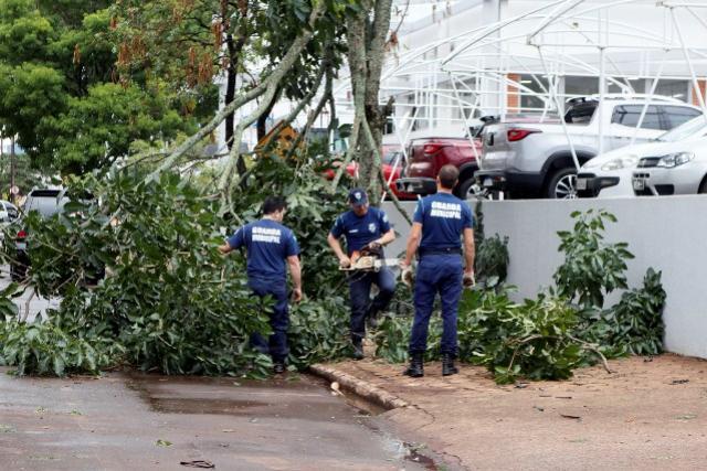 Prefeitura e Defesa civil mobilizam equipes para atender ocorrências das chuvas e vendaval