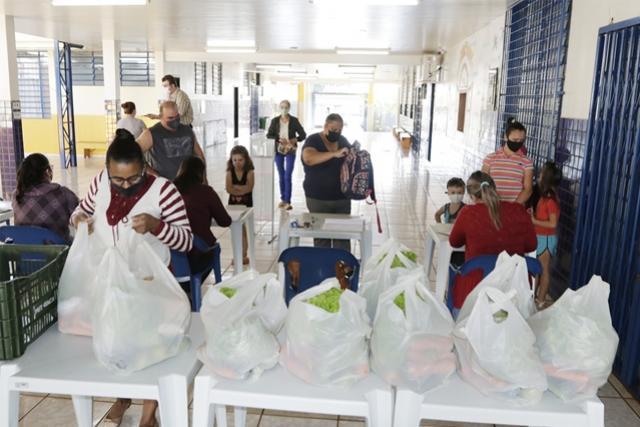 Escolas e Cmeis entregam kits de alimentos a pais de alunos matriculados
