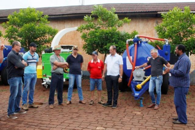 Produtores recebem distribuidores de adubo orgânico em Toledo