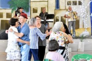 Idosos do CERTI encerram as atividades de 2019 com baile em Toledo